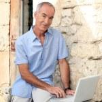 muž s počítačem přední dveře — Stock fotografie