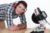 Uomo utilizzando una troncatrice — Foto Stock