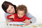 Mother teaching her child how to draw — Stockfoto