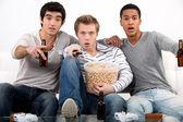 Hombres viendo una película de terror — Foto de Stock