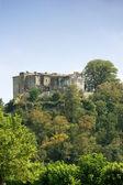 Burg, umgeben von grün — Stockfoto