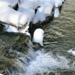 proud obklopeném sněhem — Stock fotografie