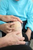 En vuxen att sätta ett plåster på ett barns knä — Stockfoto