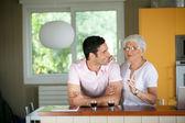 Vuxen man med sin mamma i ett kök — Stockfoto
