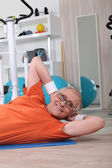 Senior mujer haciendo sentadillas — Foto de Stock