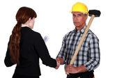 Handelaar schudden de hand van een ingenieur — Stockfoto