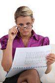 Blond affärskvinna kommer hover hennes åtaganden — Stockfoto