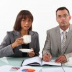 ビジネスマンやビジネスウーマン プロジェクトを審査し、コーヒーを飲む — ストック写真