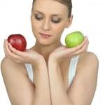 Frau Betrieb zwei Äpfel — Stockfoto