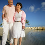 Senior pareja caminando por la playa — Foto de Stock