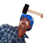 man att träffas över huvudet av hammare — Stockfoto