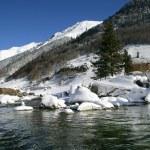 rybník v horní části sněhu vztahuje horské — Stock fotografie