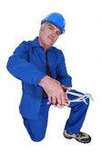 Workman met een verstelbare moersleutel — Stockfoto