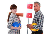 Daughter helping her roofer father — Stock Photo