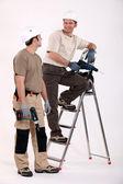 Dois trabalhadores manuais no trabalho. — Foto Stock