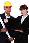 Architect paar met een laptop — Stockfoto