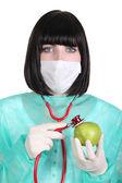 Kobieta chirurg trzyma jabłko — Zdjęcie stockowe