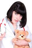 Arts beheren een injectie aan een teddybeer — Stockfoto