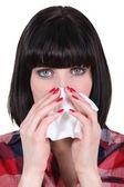 Vrouw haar neus waait — Stockfoto
