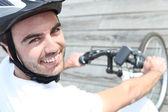 Jonge man rijden fiets — Stockfoto