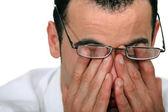 Hombre cansado frotando los ojos — Foto de Stock