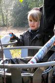 Kleine jongen met behulp van een prullenbak kan in het park — Stockfoto