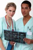 Tıp doktorları röntgen incelenmesi — Stok fotoğraf