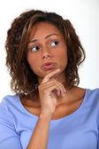 Femme pensant et tenant son menton — Photo