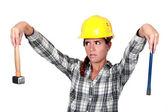 Endişeli tradeswoman elinde bir çekiç ve keski — Stok fotoğraf