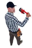 Trabalhador com uma chave inglesa ajustável — Foto Stock