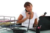 Apologetische secretaris op de telefoon — Stockfoto