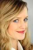 Jonge blonde vrouw die lacht — Stockfoto