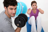 Couple exercising at the gym together — Stock Photo