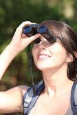 布鲁内特名徒步旅行者用双筒望远镜 — 图库照片