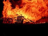Brand blazes in het donker van de nacht — Stockfoto