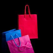 Mini sacs à provisions sur fond noir — Photo