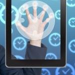 Рука толкает часы значок планшетный на пустой интерфейс сенсорного экрана — Стоковое фото