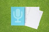 Microphone avec musique sur fond d'herbe — Photo
