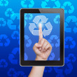 hand duwen recycle knop van de Tablet PC op een touchscreen — Stockfoto