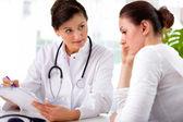 Doktor bayan hasta ile — Stok fotoğraf