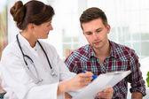 Médico con paciente masculino — Foto de Stock