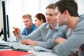 élèves qui fréquentent les cours de formation dans une salle de classe informatique — Photo