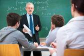 Lehrerin mit schülern im klassenzimmer — Stockfoto