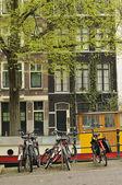 Biciclette e chiatta, amsterdam — Foto Stock
