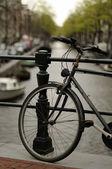 Vecchia bici sul canale, amsterdam — Foto Stock