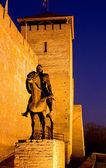 Escultura de un caballero antes del castillo en gyula en el crepúsculo — Foto de Stock