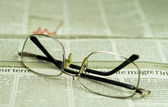 Newspaper and glasses — 图库照片