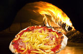 пицца с ветчиной и фишки — Стоковое фото