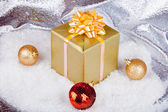 Christmas ball and gifts — 图库照片
