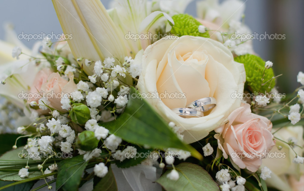 Wedding rings in bouquet — Stock Photo #11152156